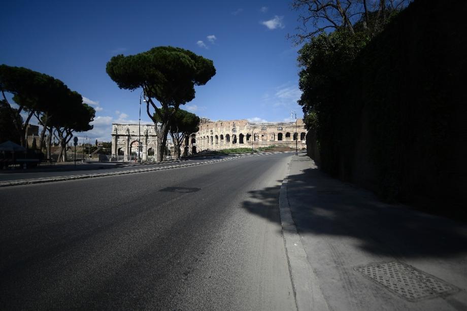 L'avenue, déserte, qui passe devant le Colisée à Rome, le 25 mars 2020