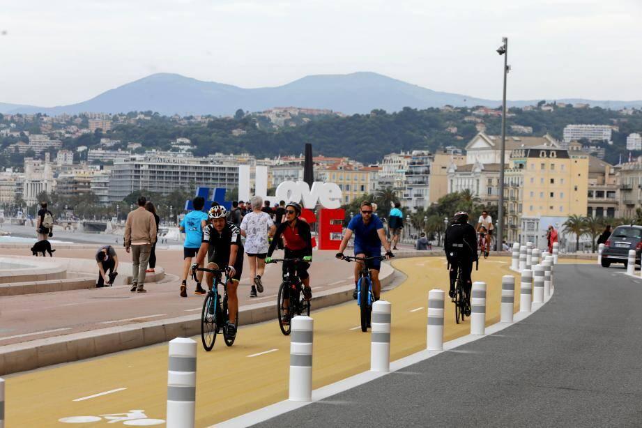 Sur la nouvelle piste cyclable sur la chaussée entre le quai des Etats Unis et le port.