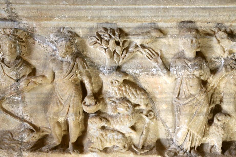 L'encre marine en forme de croix témoigne du caractère indiscutablement chrétien du sarcophage. Il marque l'attachement au Christ.