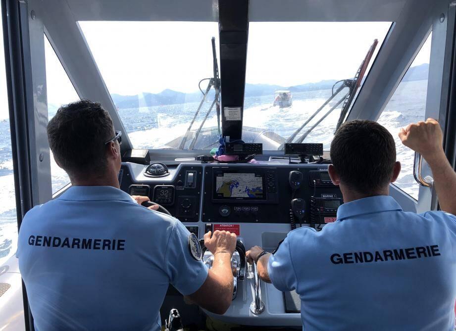Les gendarmes prennent en chasse d'un bateau bien trop rapide au large de Cannes.