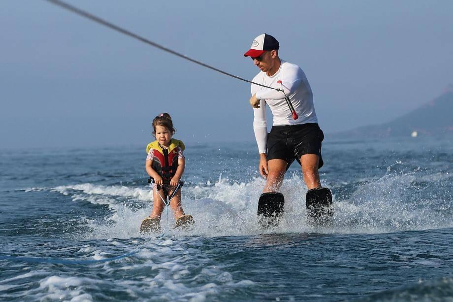 Anna, accompagnée de son moniteur Frank Yver, tient toute seule sur ses skis.
