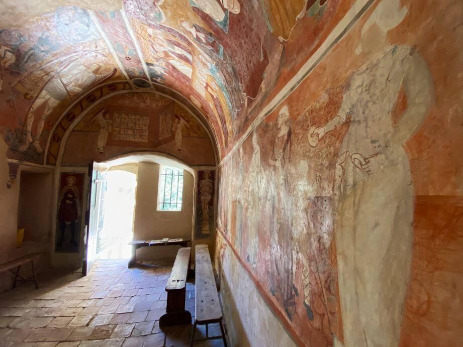 La fresque, de style italien, a pu être datée au XVe siècle par ses détails gothiques.