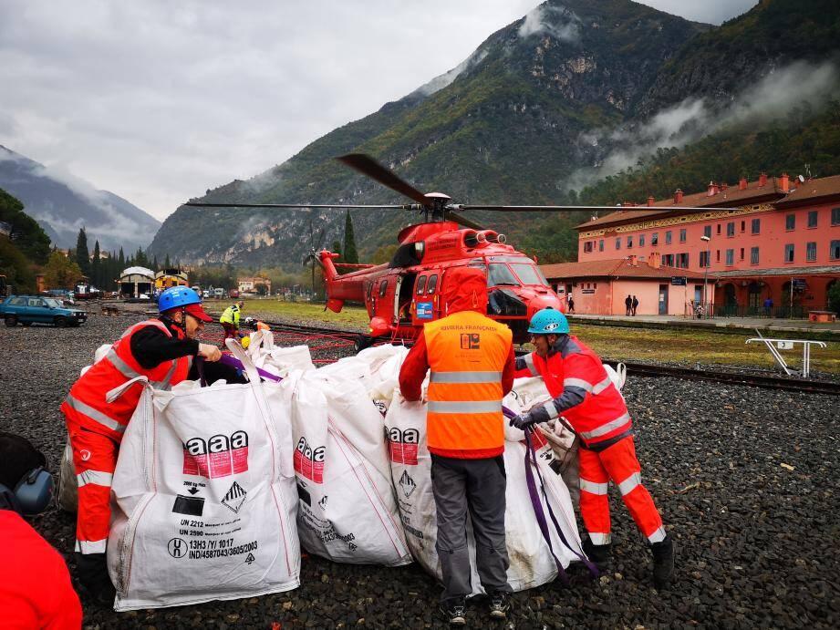 Après avoir été conditionnés dans des big-bags, les déchets ont été évacués par hélicoptères.