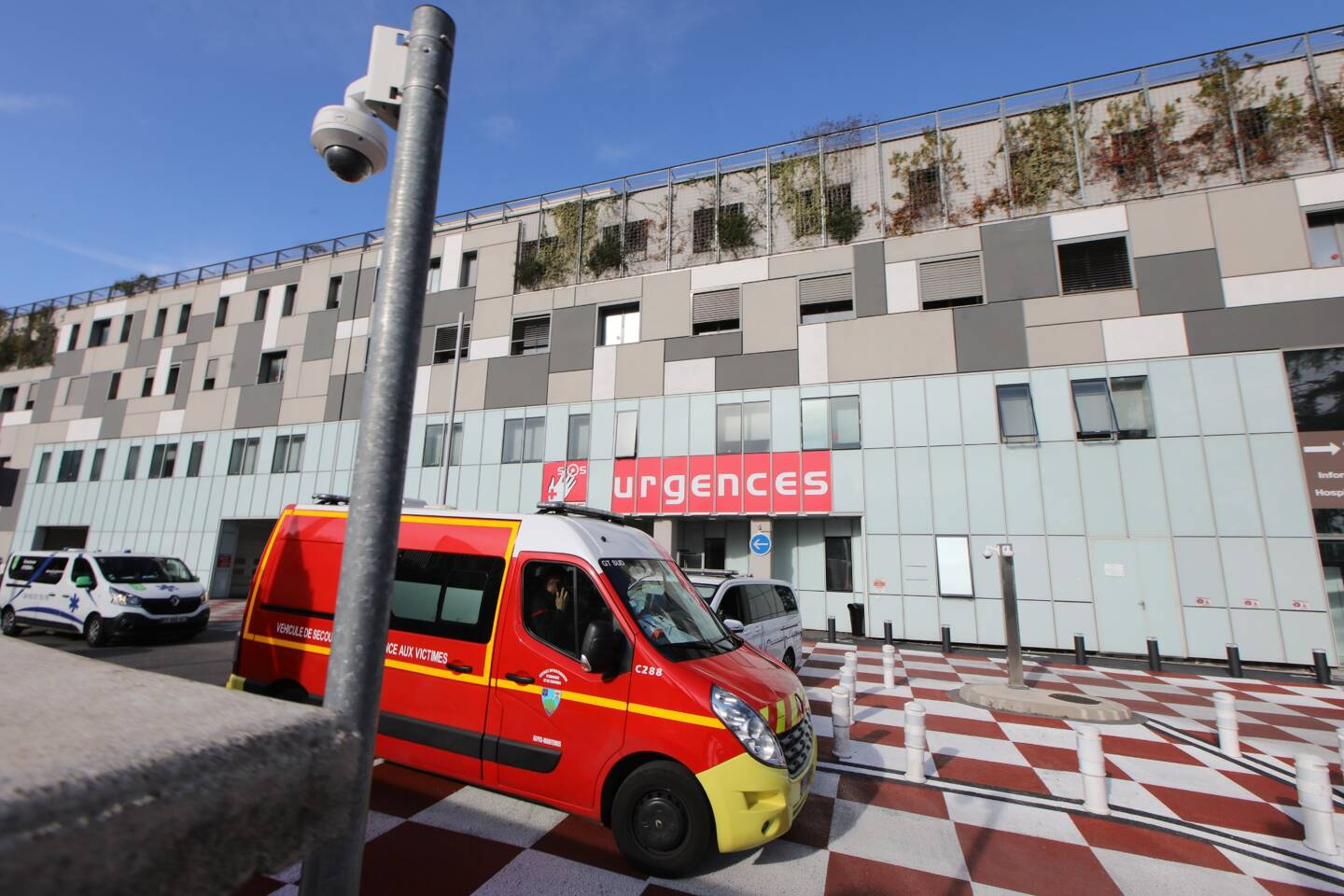 Les pompiers en intervention devant les urgences du CHU de Nice (illustration).