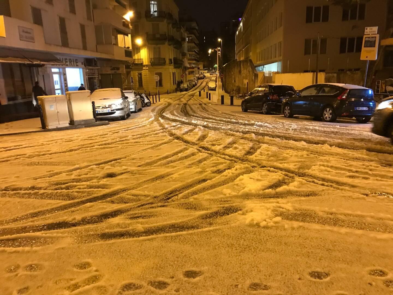 Belle surprise en ce 25 décembre, de gros flocons ont commencé à tomber dans les rues de Cannes en début de soirée.