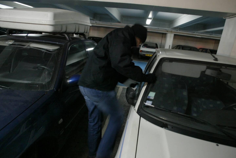 Le suspect a nié les faits alors que son empreinte digitale avait été décelée sur l'une des voitures fracturées.