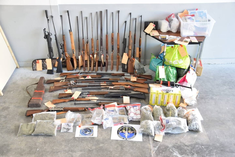 Des armes et de la drogue ont aussi été saisis.