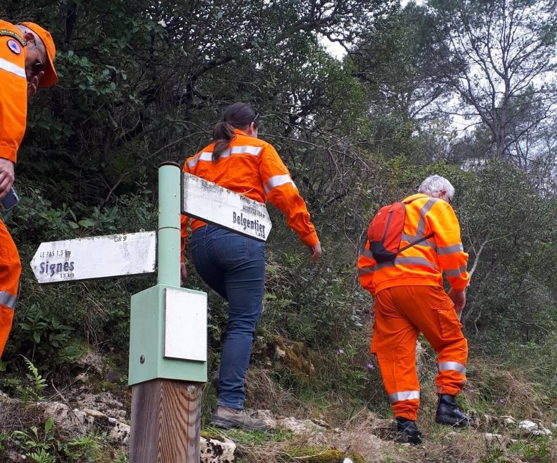 Les bénévoles des  comités communaux feux de forêts de Sollies-Toucas et Belgentier patrouillent sur le GR 9 à la recherche du cycliste disparu.