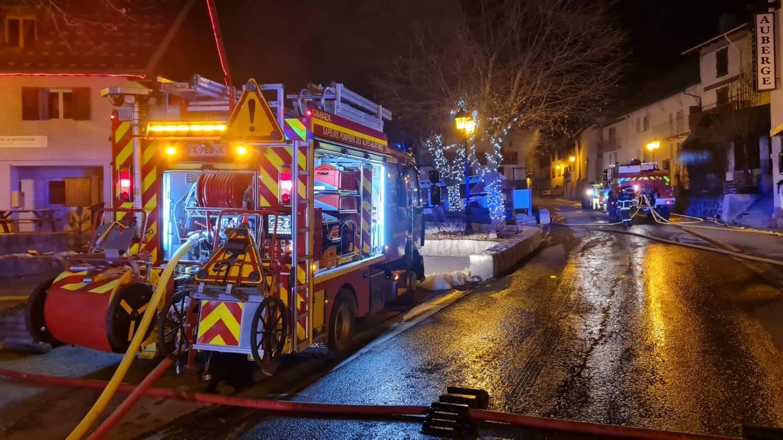 Trois lances incendies ont été déployées.
