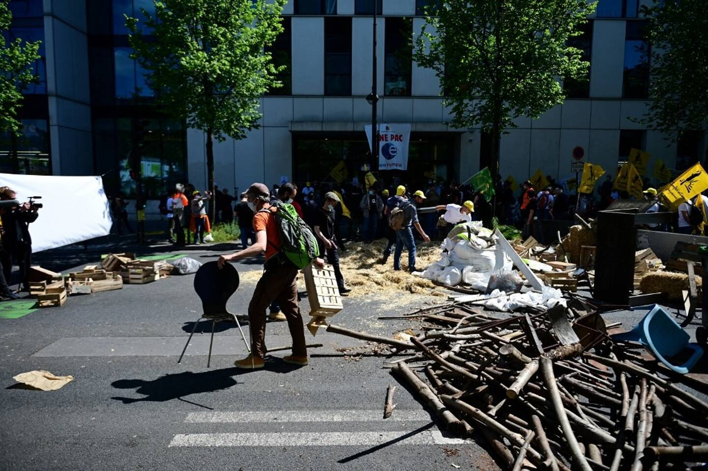 La manifestation des agriculteurs jeudi devant le siège parisien de Pôle Emploi.