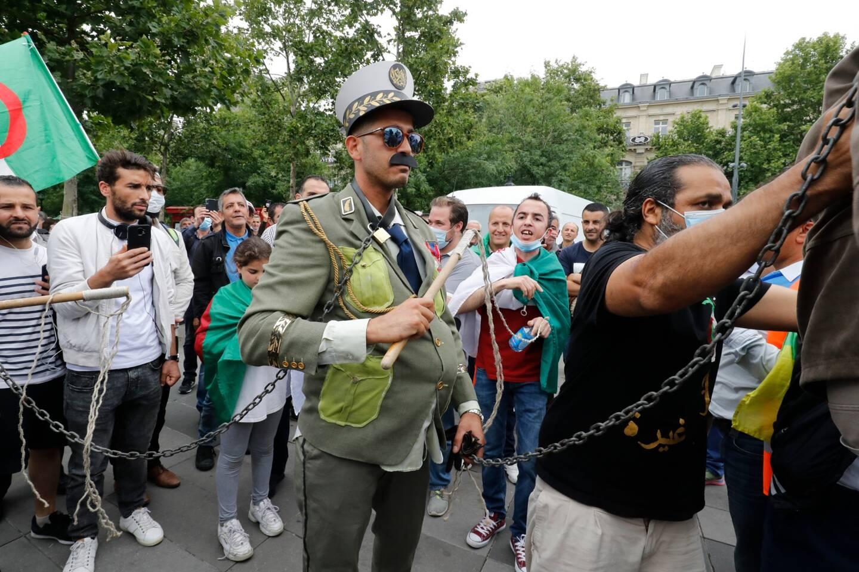 """Des manifestants sur la place de la République à Paris le 5 juillet 2020 pour soutenir le mouvement de protestation du """"Hirak"""" en Algérie alors que le pays célèbre l'anniversaire de son indépendance de 1962."""