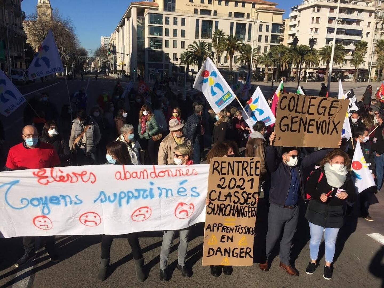 La manifestation pour l'école a réuni environ 300 personnes à Toulon mardi matin.