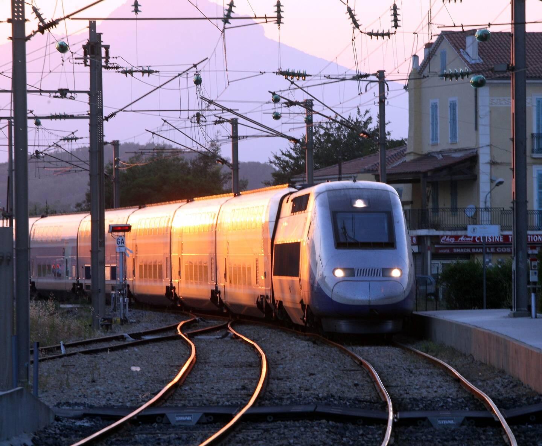 Un TGV à proximité de la gare de Toulon.
