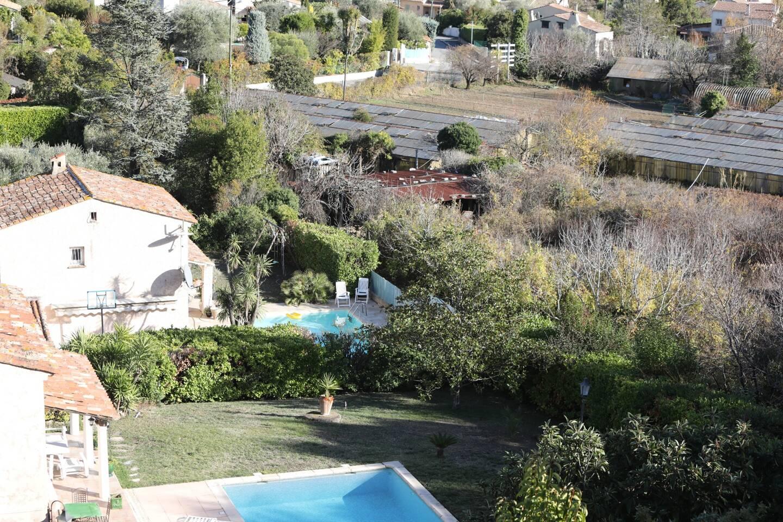 """La villa avec jardin et piscine : un modèle """"idéal"""" pour une grande partie de la population."""