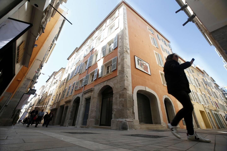 """La trentenaire serait la proie à des hallucinations : elle a évoqué voir """"des formes blanches"""" quand le couple, domicilié dans le centre ancien de Toulon, se dispute."""