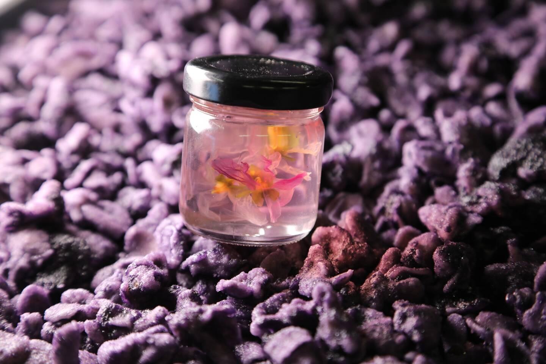 La violette est transformée en friandise.