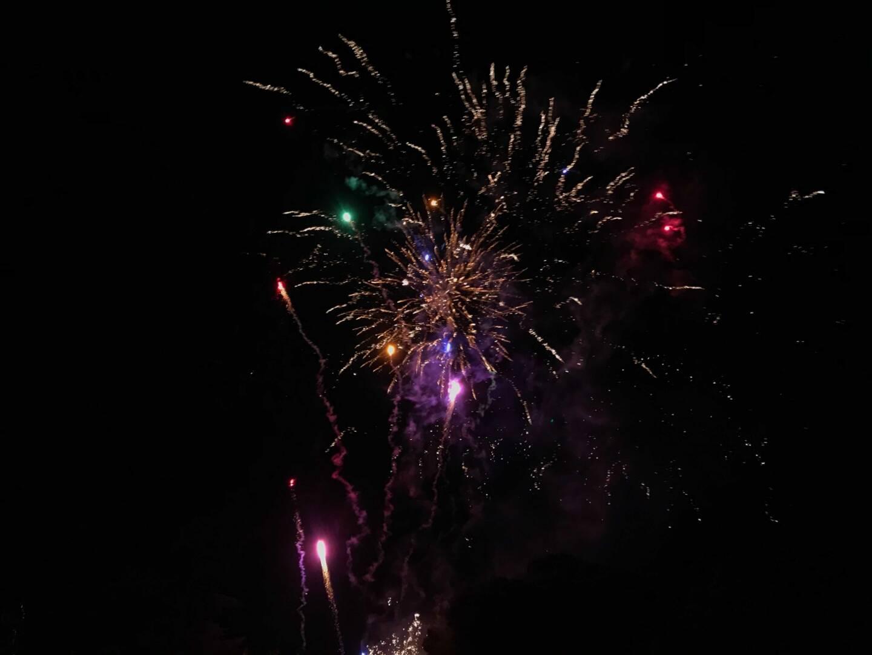 Les tirs de feux d'artifice se multiplient en période de fête. Une pratique illégale qui ravit pourtant certains habitants.