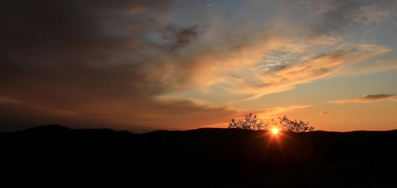 Un coucher de soleil à Bargème. Illustration.