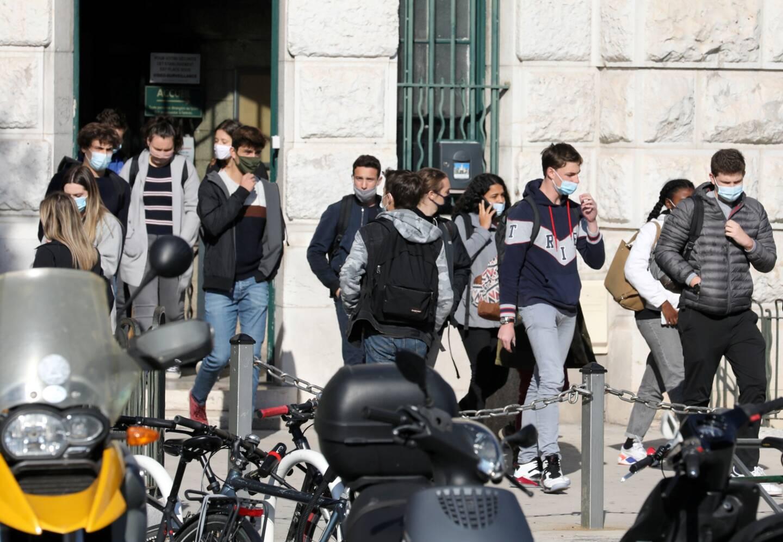 Sortie de cours devant le lycée Masséna à Nice.