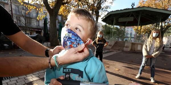 Un enfant portant un masque devant une école dans le Var.