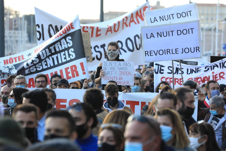 Lors de la manifestation des professionnels des bars, restaurants, discothèques, à Marseille le 26 novembre.