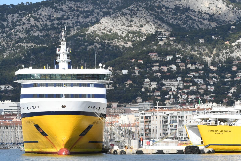 Un ferry du groupe Corsica Ferries dans le port de Toulon.