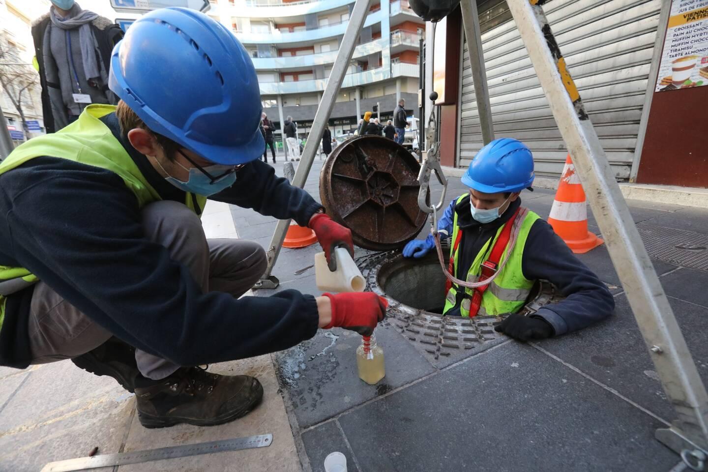 Prélèvement des eaux usées pour analyse COVID-19, sur l'Avenue Gambetta à Nice début décembre 2020.