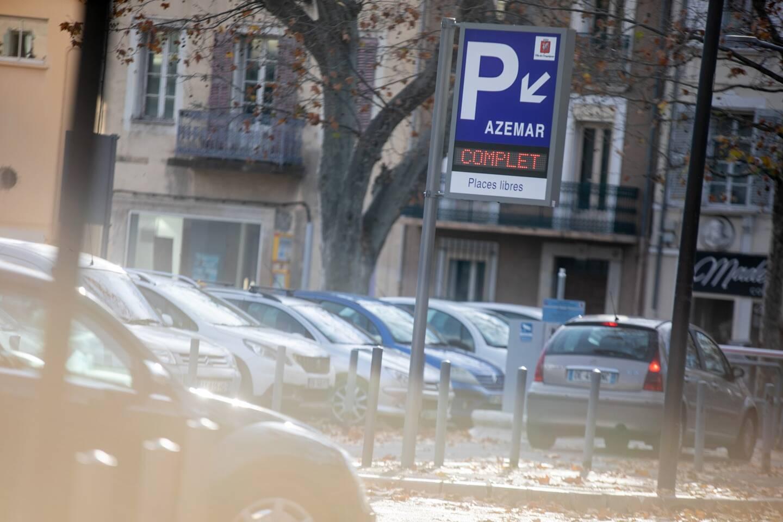 """""""Dans les villes, on a très peu d'informations sur ce que signifient les parkings: leurs tarifs, leurs distances du centre-ville"""", estime Olivier Razemon."""