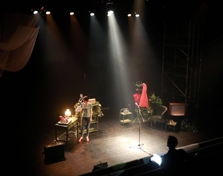 La metteuse en scène et interprète Eloïse Mercier en répétition, salle Fanny Ardant, dédiée aux jeunes compagnies.