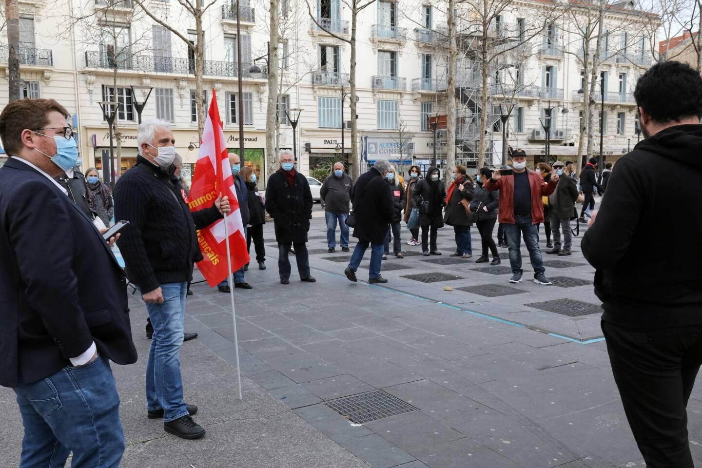 Une trentaine de personnes se sont réunies, ce samedi place de-Gaulle.