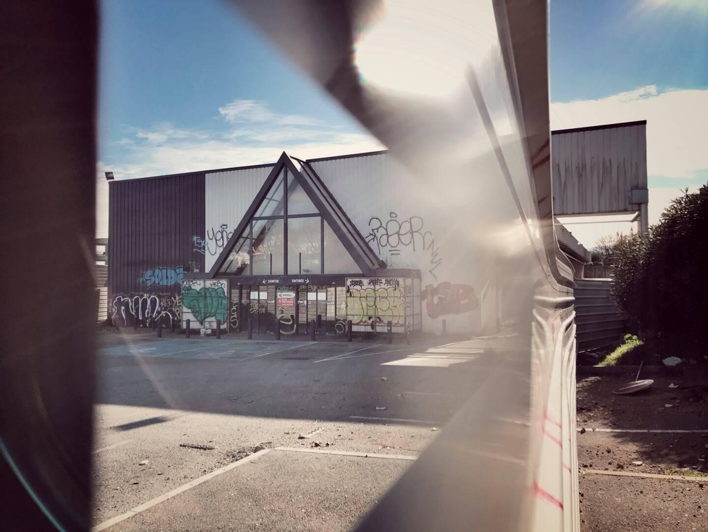 Des palissades, un bâtiment à première vue abandonné, des murs tagués: l'ancien Conforama du chemin de Saint-Claude, au nord de la cité, a tout d'une verrue. Pourtant, c'est sur ce site que le plus grand Lidl de France prévoit toujours de s'installer. Alors pourquoi ce retard dans la démolition des bâtiments actuels et le dépôt du permis de construire du futur projet?