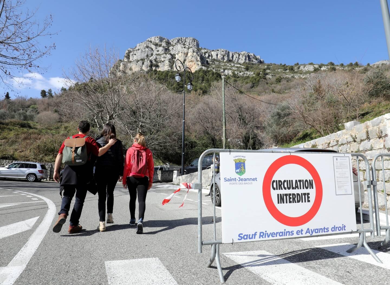 Les visiteurs sont contraints de se garer à l'extérieur du village.
