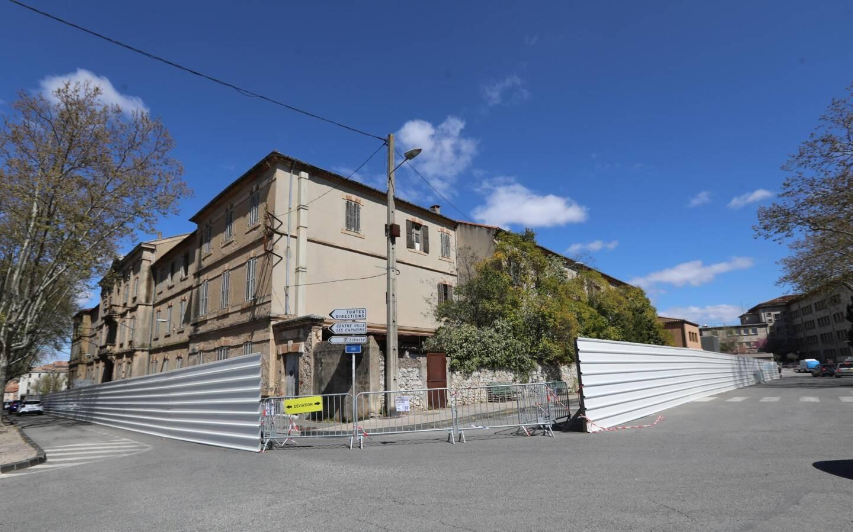 Les palissades ont été installées aux abords de ce qui fut le collège principal des Brignolais durant de nombreuses années.