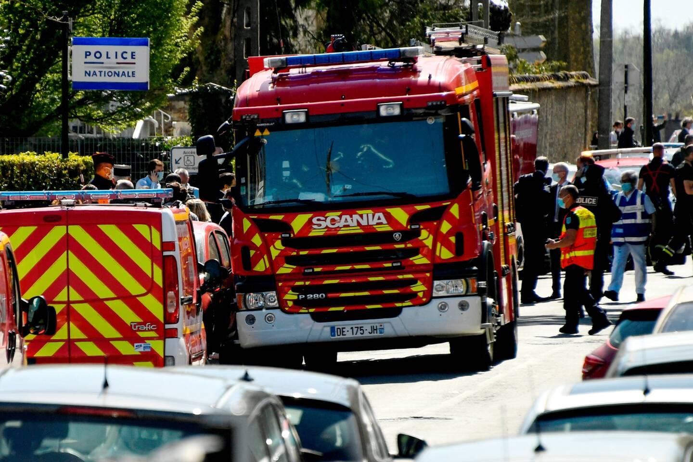 Après l'attaque, devant le commissariat de Rambouillet