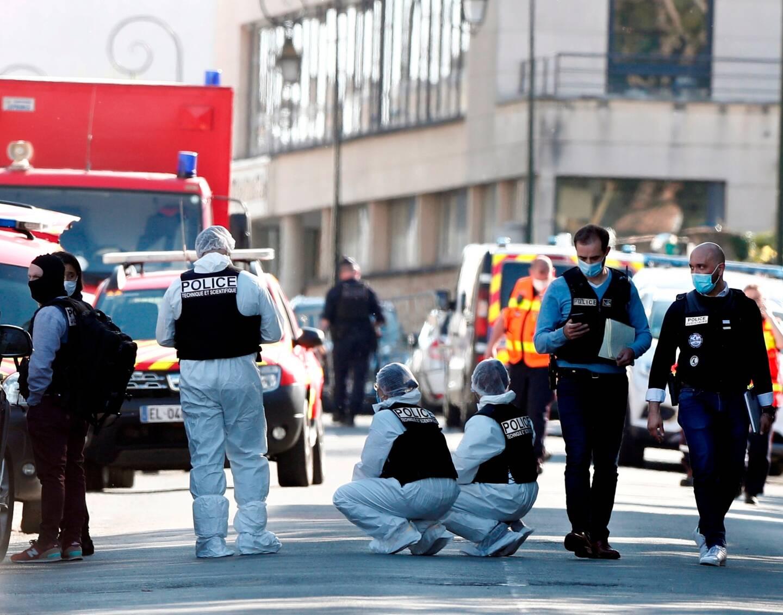 Les policiers devant le commissariat de Rambouillet, ce vendredi 23 avril.