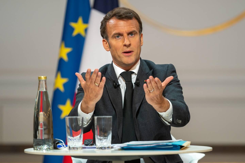 """Terrasses, salles de sport, couvre-feu... Emmanuel Macron a dévoilé jeudi un calendrier du déconfinement """"en quatre étapes"""", qui devrait s'accélérer entre le 19 mai et le 30 juin, malgré une situation sanitaire fragile."""