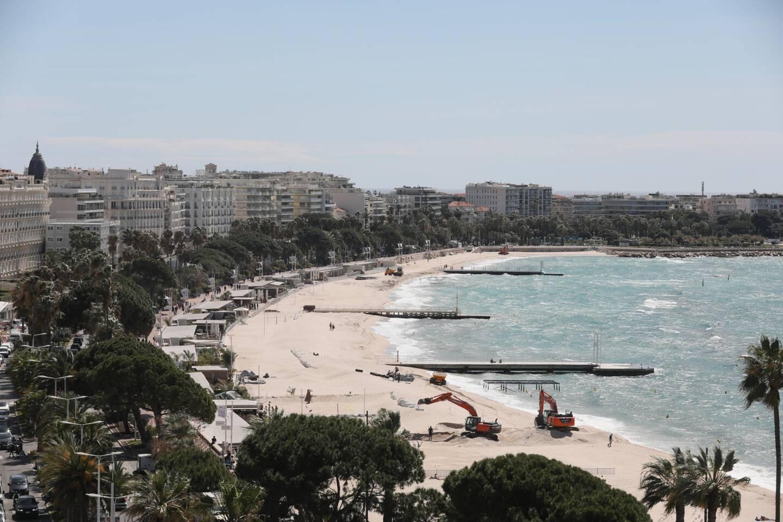 """Les hôtels cinq étoiles ont rouvert, la musique résonne de nouveau sur les plages de la Croisette: après une année """"horrible"""" à cause du Covid-19, et malgré des réservations encore en berne, Cannes se reprend à espérer à l'approche de son festival de cinéma."""