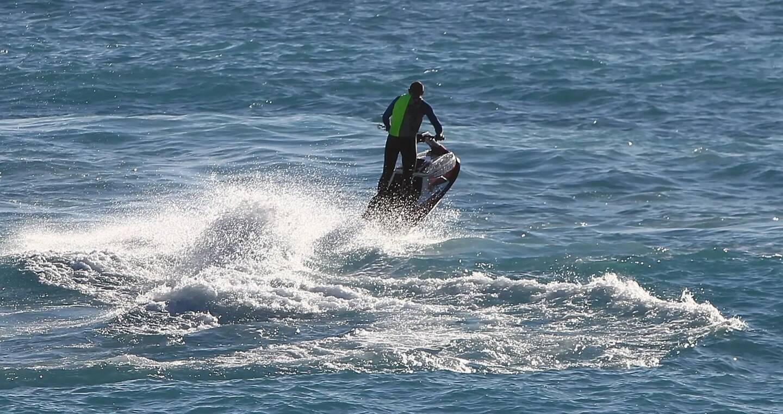 Il a loué un jet ski pour rejoindre sa bien-aimée.