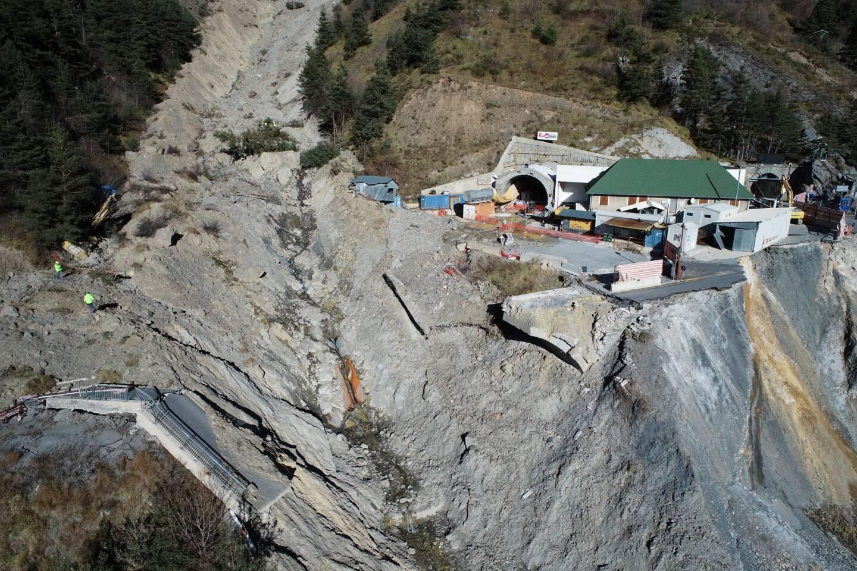 Une impressionnante avalanche avait coupé tout accès aux deux tubes percés dans la montagne, au sommet de la Roya.