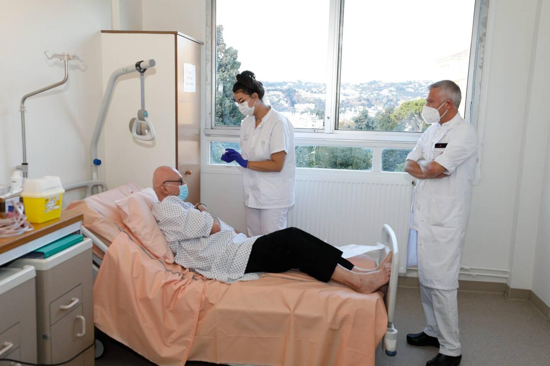 Pierre-Claude Gilardi vacciné par Chloé, infirmière, sous l'œil du professeur Olivier Guérin, président de la société française de gériatrie et de gérontologie.