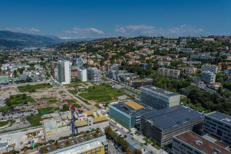 Aujourd'hui, Nice Méridia, c'est un immense site de 24 hectares saupoudré de bâtiments contemporains d'habitation et de bureaux. D'un ou deux parcs. De panneaux de chantier et de friches.