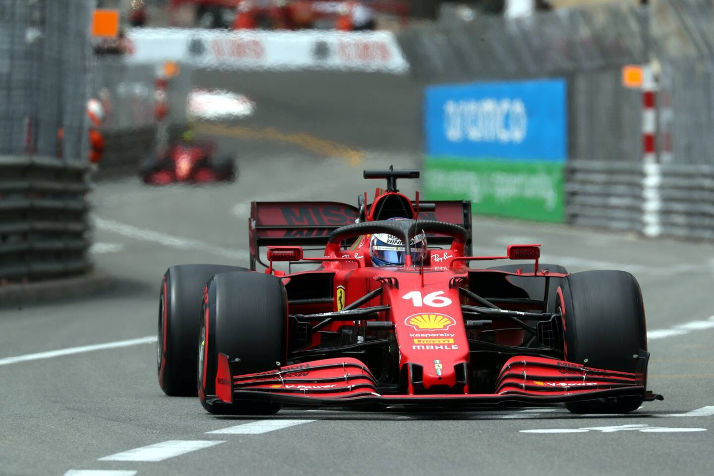Charles Leclerc au volant de sa Ferrari à Monaco.
