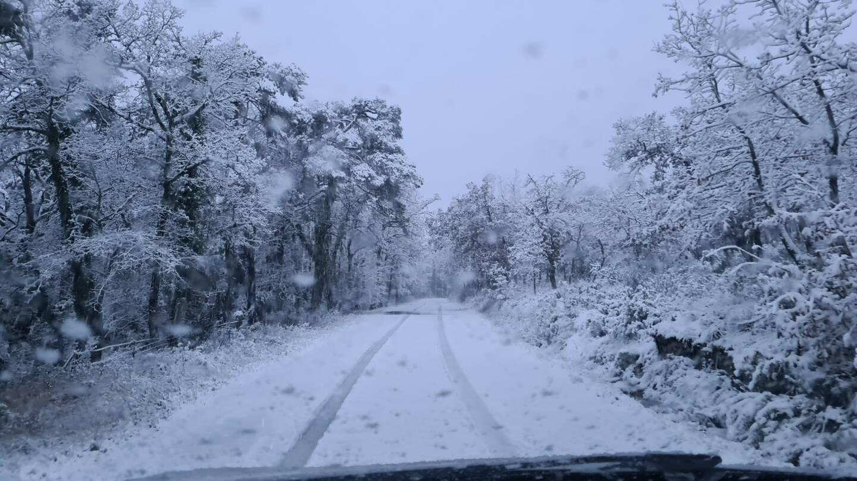 Les équipements pour la conduite sur la neige sont obligatoires (ici entre Mazaugues et Plan d'Aups).