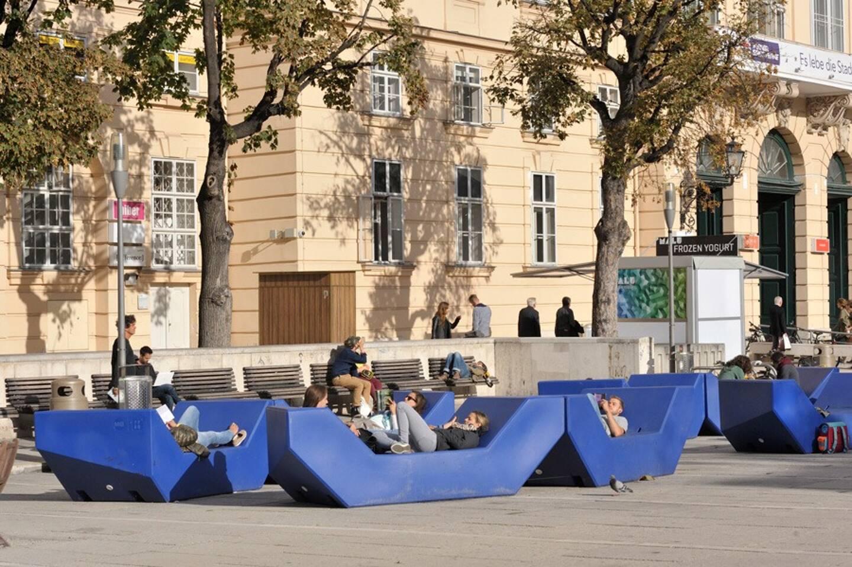 À Vienne, dans le quartier des musées, les bancs sont généreux. Ils permettent de se retrouver, de profiter de la ville.