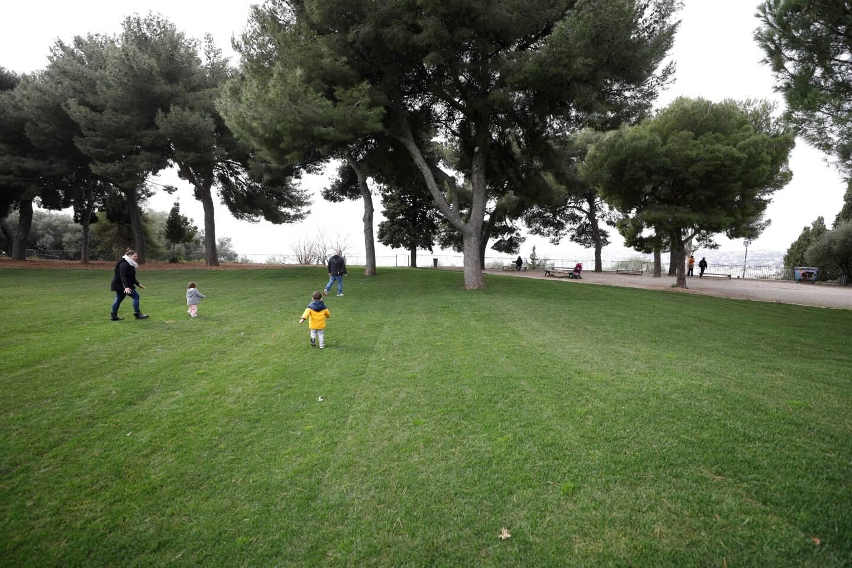 Sur la nouvelle pelouse du parc du Château à Nice.