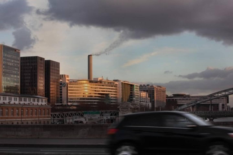 Le Pont d'Austerlitz à Paris avec, en arrière-plan, la voie Mazas, à côté du siège des entités bancaires du Quai de la Rapée, le Ministre de l'Économie, des Finances et de l'Industrie, au loin, dans le 12e arrondissement.