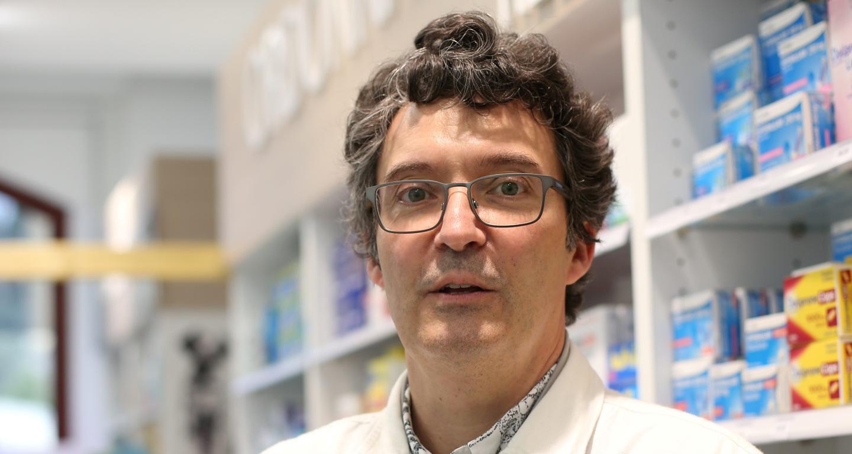 Dans sa pharmacie de Fayence, Patrick Magnetto conserve le flacon AstraZeneca livré, dans l'attente des préconisations gouvernementales.