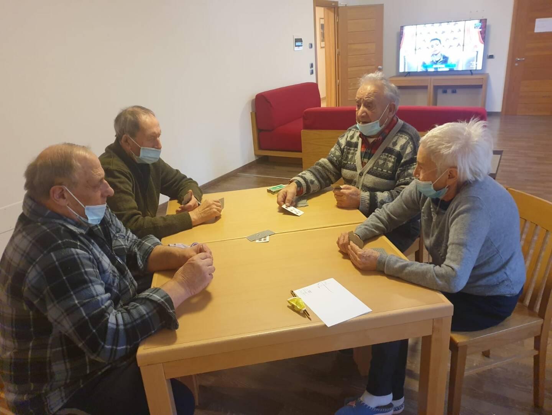 Les pensionnaires de la maison de retraite de Terzolas (Trentin-Haut-Adige, Italie).