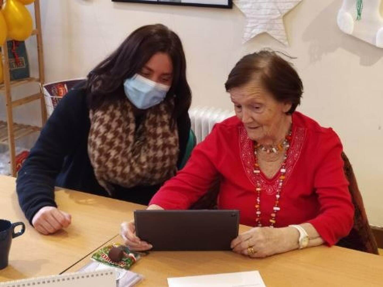 L'objectif de ce dispositif Connexion Solidaire est de laisser une trace de ces visios team building en entreprise. Ici une vidéo et des photos souvenirs aux personnes âgées accompagnées par Les Petits Frères des Pauvres.