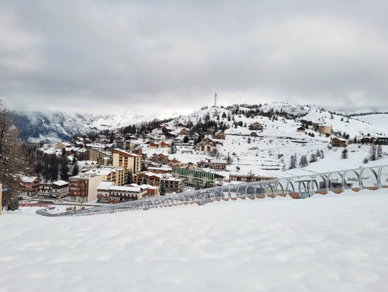 Une vue du centre de la station de Valberg sous la neige ce dimanche.